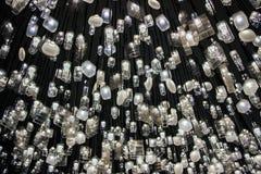 Lámparas que cuelgan en techo en oscuridad Fotografía de archivo