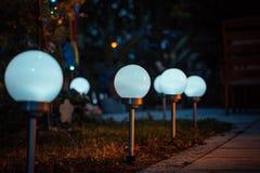 Lámparas solares en el jardín imagenes de archivo