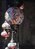 Lámparas tradicionales del mosaico del estilo de Ottoman en venta como recuerdos en un bazar local imagenes de archivo