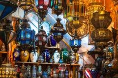 Lámparas tradicionales del vidrio y del metal en tienda en el Medina de Tuni Foto de archivo