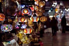 Lámparas tradicionales en el bazar magnífico en Estambul Foto de archivo libre de regalías