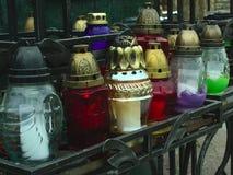 Lámparas transparentes y rojas para las velas fúnebres fotografía de archivo
