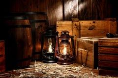 Lámparas viejas de la linterna de keroseno en Warehouse antiguo imagen de archivo libre de regalías