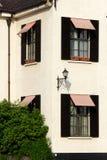Lámparas, Windows y sombra de calle Imagenes de archivo