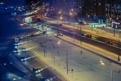 Lámparas y coches del paisaje de la noche… en la calle Imagenes de archivo