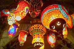 Lámparas y linternas tradicionales orientales en el Bazar magnífico Kapal imágenes de archivo libres de regalías