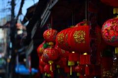 Lámparas y ropa roja para el uso durante Año Nuevo chino Fotografía de archivo