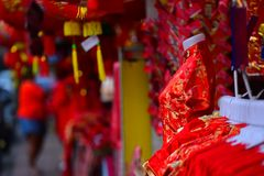 Lámparas y ropa roja para el uso durante Año Nuevo chino Fotos de archivo
