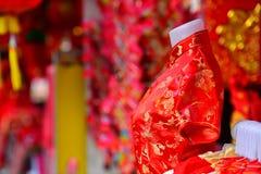 Lámparas y ropa roja para el uso durante Año Nuevo chino Imagenes de archivo