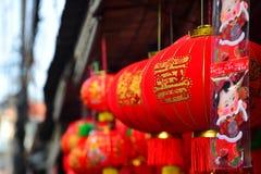 Lámparas y ropa roja para el uso durante Año Nuevo chino Fotografía de archivo libre de regalías