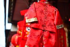 Lámparas y ropa roja para el uso durante Año Nuevo chino Foto de archivo libre de regalías