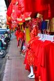 Lámparas y ropa roja para el uso durante Año Nuevo chino Imagen de archivo