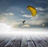 Láncese en paracaídas en el cielo, camino al éxito imagen de archivo