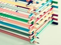 Lápices apilados en cabaña de madera Foto de archivo libre de regalías