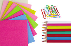 Lápices, clips coloridos y papeles de nota aislados Imagen de archivo libre de regalías