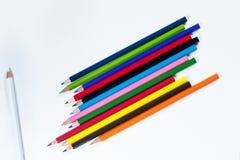 Lápices coloreados brillantes y lápiz blanco Fotos de archivo libres de regalías