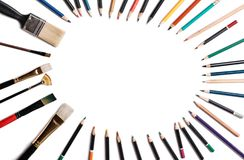 Lápices coloreados con las borlas aisladas en el fondo blanco Alineado bajo la forma de marco oval con el espacio para el texto o imágenes de archivo libres de regalías