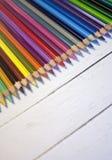 Lápices coloreados de la acuarela en fondo rústico de madera Composición del arco iris con el espacio para el texto Foto macra Co Foto de archivo libre de regalías