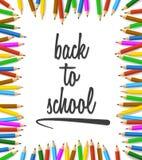 Lápices coloreados dispuestos alrededor de palabras de nuevo a escuela Imágenes de archivo libres de regalías
