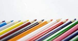 Lápices coloreados dispuestos en línea diagonal almacen de video