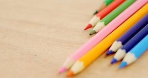 Lápices coloreados dispuestos en línea diagonal metrajes