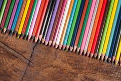 Lápices coloreados en la tabla de madera fotografía de archivo libre de regalías