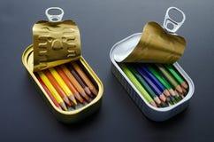Lápices coloreados en latas Foto de archivo libre de regalías