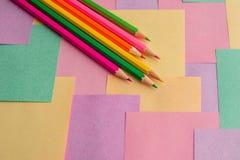Lápices coloreados en los prospectos desmontables para las notas imagen de archivo libre de regalías