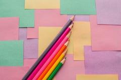Lápices coloreados en los prospectos desmontables para las notas fotografía de archivo libre de regalías