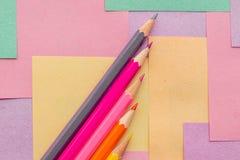 Lápices coloreados en los prospectos desmontables para las notas fotos de archivo libres de regalías