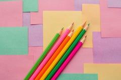 Lápices coloreados en los prospectos desmontables para las notas fotos de archivo