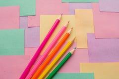 Lápices coloreados en los prospectos desmontables para las notas foto de archivo libre de regalías