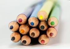 Lápices coloreados en primer macro Imagen de archivo