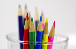 Lápices coloreados en taza imagen de archivo libre de regalías