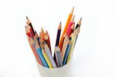 Lápices coloreados en un blanco. Foto de archivo libre de regalías