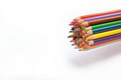 Lápices coloreados en un blanco. Fotografía de archivo