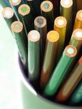 Lápices coloreados en un crisol Imagen de archivo libre de regalías