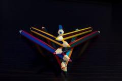 Lápices coloreados en un fondo de madera oscuro Imagen de archivo libre de regalías