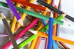 Lápices coloreados gruesos en el fondo blanco foto de archivo