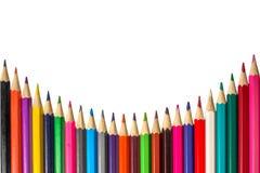 Lápices coloreados presentados en fila en el fondo blanco Fotos de archivo