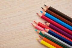 Lápices coloreados que mienten en un escritorio Imagenes de archivo