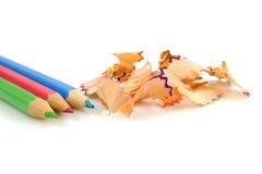 Lápices coloridos con las virutas Foto de archivo libre de regalías