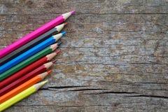 Lápices coloridos del color en la tabla de madera Imagen de archivo libre de regalías