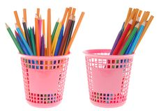 Lápices coloridos en la cesta Foto de archivo