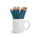 Lápices coloridos en la taza aislada fotos de archivo