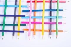 Lápices coloridos organizados en una forma geométrica en el backgrou blanco Fotos de archivo libres de regalías