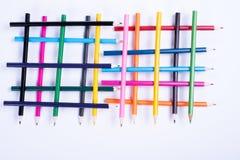 Lápices coloridos organizados en una forma geométrica en el backgrou blanco Fotos de archivo