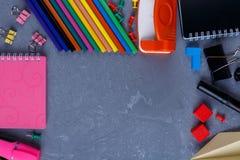 Lápices, cuadernos, clips y creyones multicolores en un fondo con un lugar para escribir Fotos de archivo libres de regalías