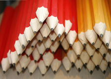 Lápices de dibujo coloreados en una variedad de colores Fotos de archivo libres de regalías