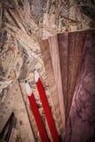 Lápices de la regla de las hojas de chapa en el tablero de madera Imagen de archivo libre de regalías